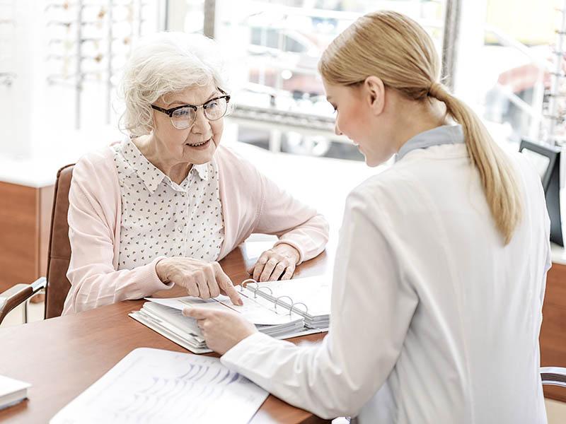 assistente met oudere patient 800600